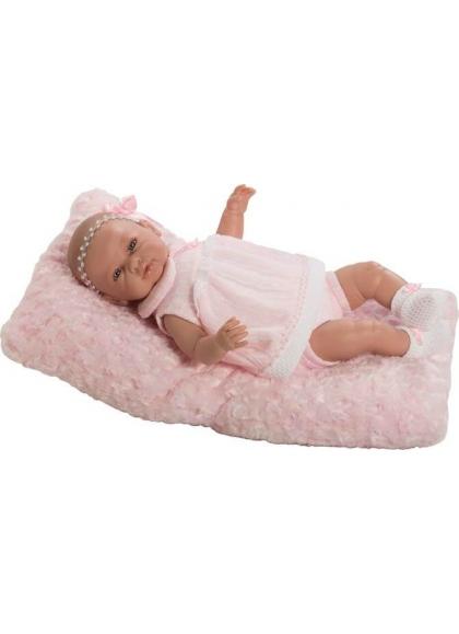 Sara recién nacida con vestido rosa y cojín en bolsa