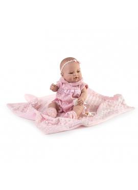 Recién nacida con pelele rosa y mantita en bolsa