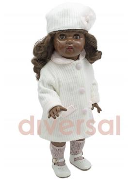 Mariquita Perez с белым вязаным пальто